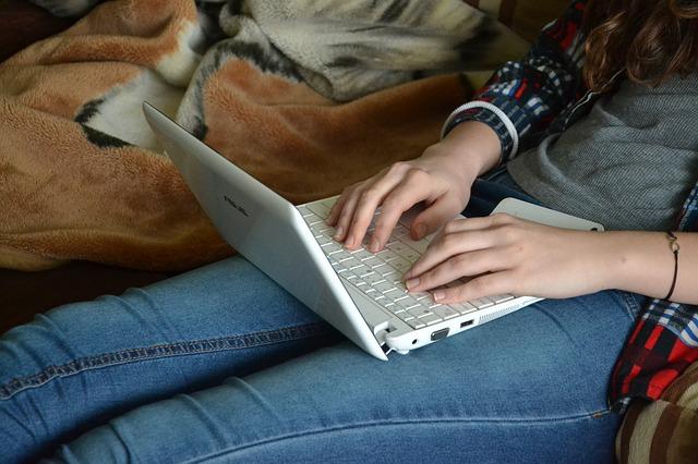slečna s notebookem na koleni.jpg