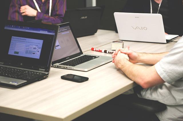 notebooky na stole
