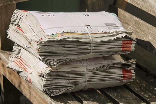 stoh novin na lavičce